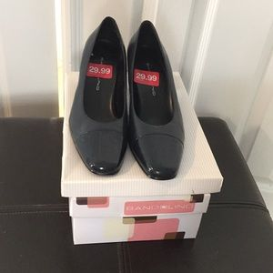 NWT black and navy two tone heels size 6.5